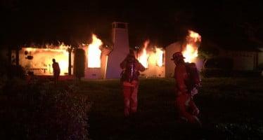 Explosivo fuego en su casa de California cree que debido al cigarrillo encendido y el tanque de oxígeno médico